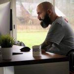 un homme en fauteuil roulant devant un ordinateur
