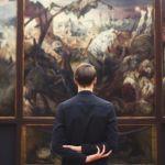 Homme devant un tableau