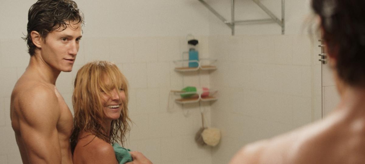 Scene de salle de bain MILF