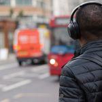 Un homme avec un casque de musique dans la rue