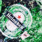 Bouteille de bière Heineken verte brisée sur la plage