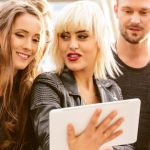 Des jeunes gens autour d'une tablette numérique