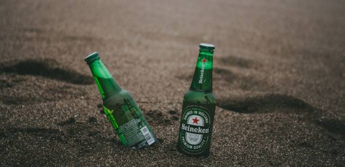 Deux bouteilles de Heineken sur la plage