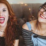 Deux jeunes filles sur un canapé
