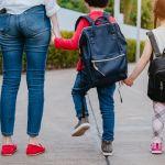 Une maman accompagnant ses enfants à l'école