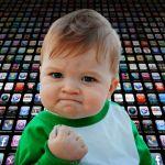 """le meme """"Yes Baby"""" devant un mur d'applications"""