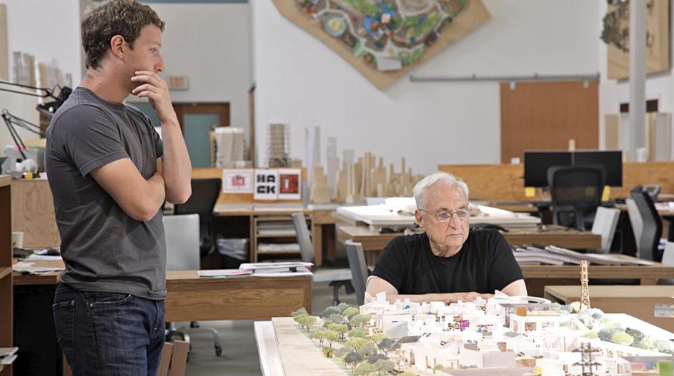 Mark Zuckerberg aux côtés de l'architecte Franck Ghery en train de concevoir le nouveau siège de Facebook