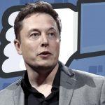 Elon Musk devant un mur de pouces en bas
