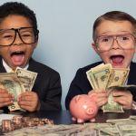 Deux enfants tenant des liasses de billets