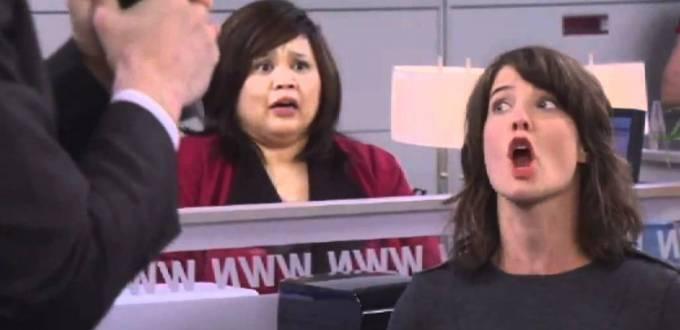 Robin en train de crier contre Patrice dans la série How I Met Your Mother