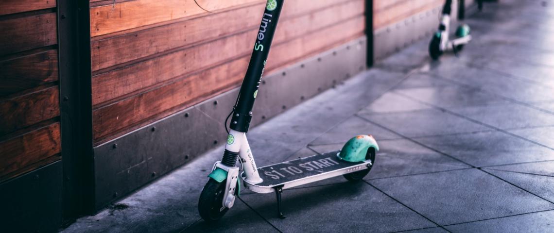 Trottinette électrique Lime dans une rue américaine