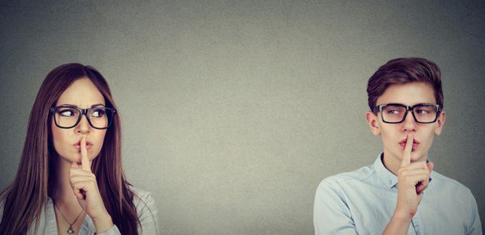 Un homme et une femme en train de mimer