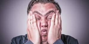 homme au bord de la crise de nerf