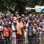 Un drone volant devant un groupe d'africains