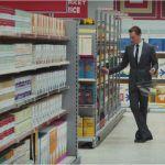 un home dans un supermarché