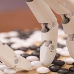 Une main robot qui joue au Go