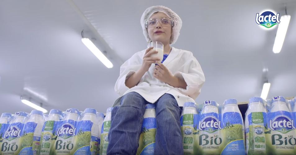 Un enfant sur des packs de lait