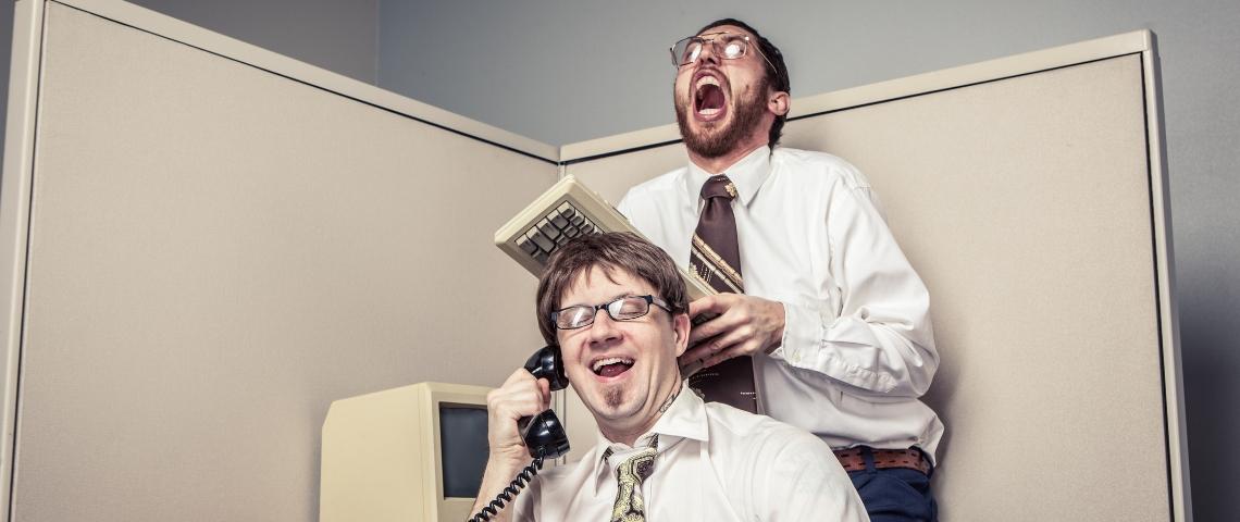 un employé au téléphone énerve son collègue