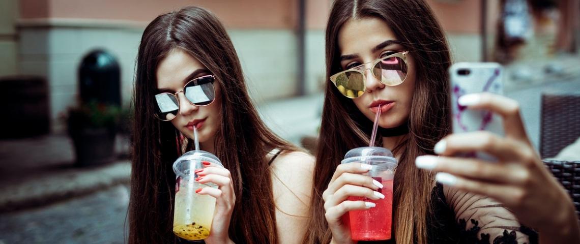 deux jeunes femmes se prennent en selfie