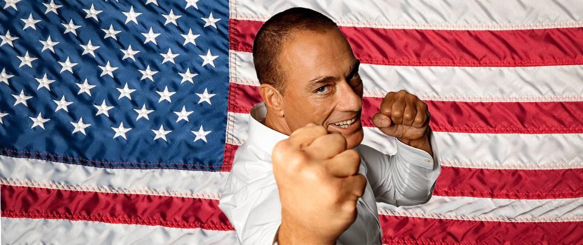 Jean-Claude Van Damme devant un drapeau américain