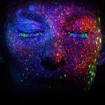 Une femme avec le visage peint de façon futuriste
