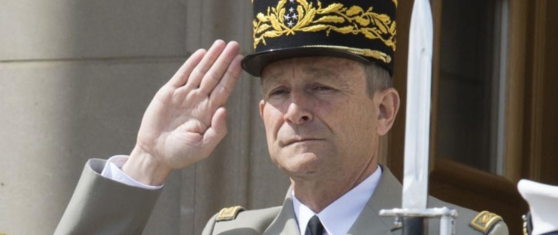 Pierre de Villiers en train de faire un salut militaire