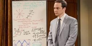 Sheldon Cooper, de la série Big Bang Theory, en costume devant un tableau