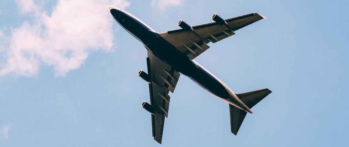 Une avion vu de dessous