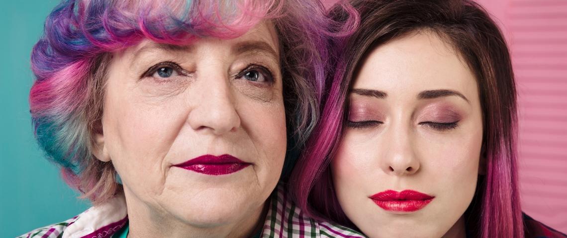 Une jeune fille et sa grand-mère en train de poser, maquillées