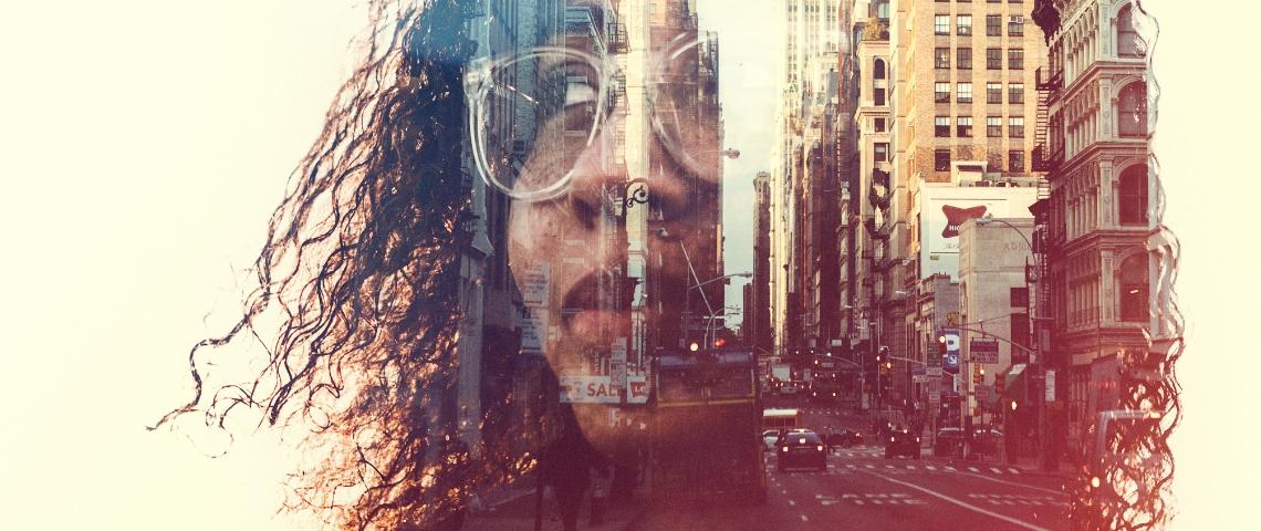 une femme avec la ville en arrière plan