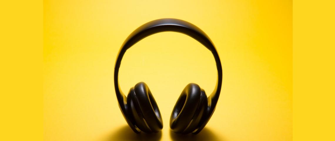 Un casque audio sur fond jaune