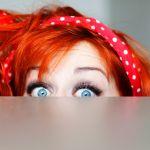 jeune femme timide qui se cache