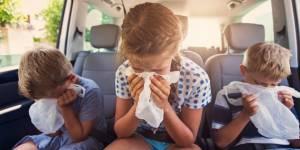 des enfants qui vomissent dans une voiture