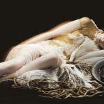 femme allongée fond noir