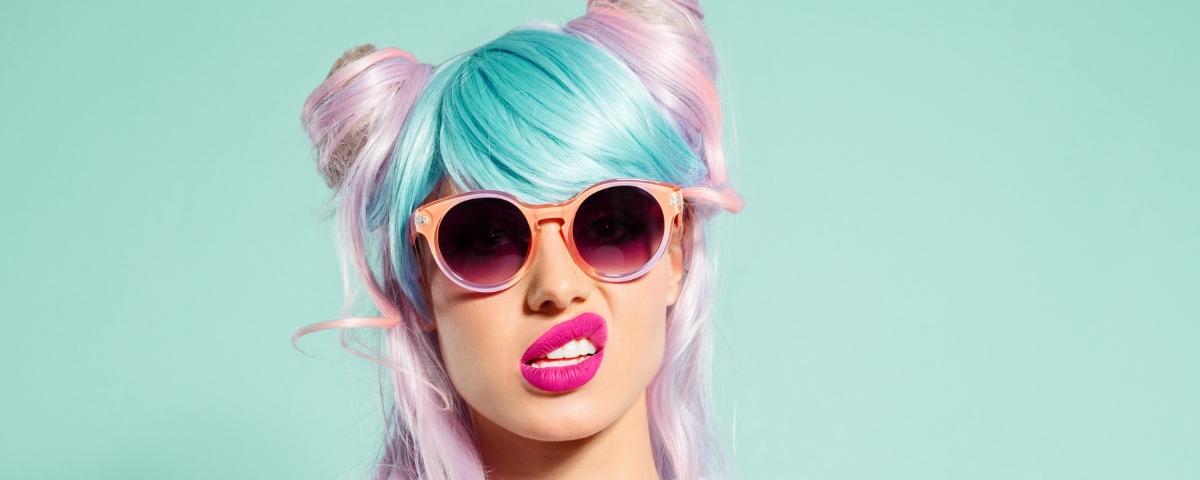 femme gênée aux cheveux colorés