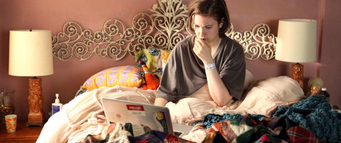 Une scène de la série Girls dans laquelle Hannah travaille dans son lit, avec son ordinateur