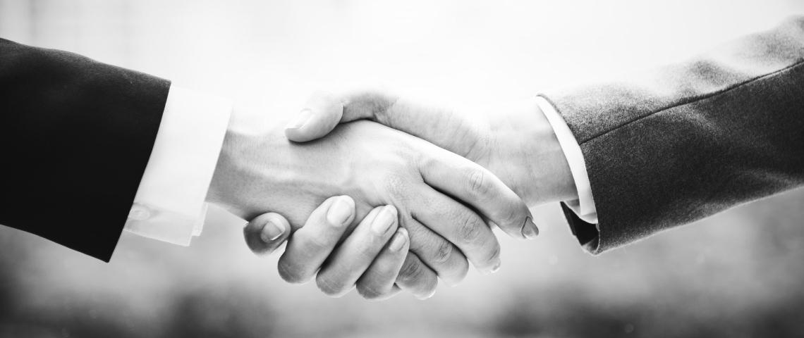Une poignée de main en noir et blanc