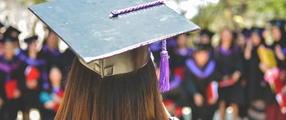 Une diplômée de dos