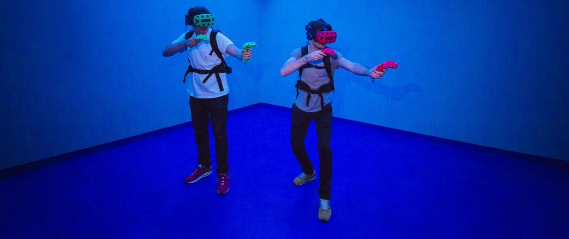 Deux personnes avec des casques de réalité virtuelle