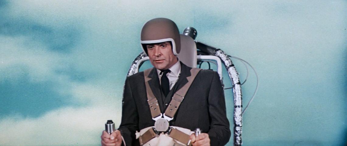 Un homme au regard vide qui est dans un jetpack