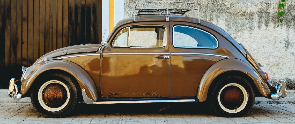Une voiture marron