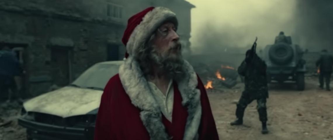 Un Père Noël dans une scène de guerre