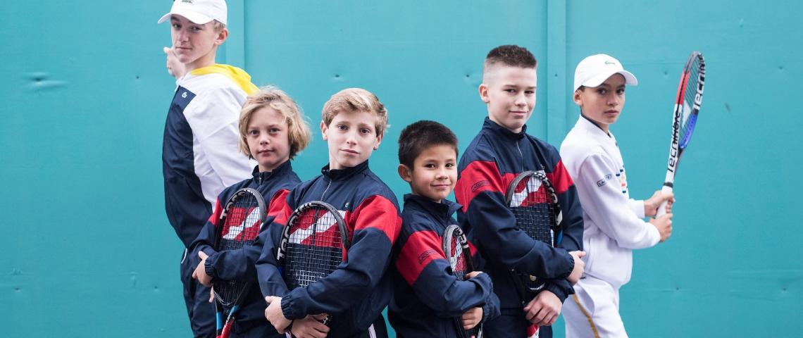 Enfants qui jouent au tennis