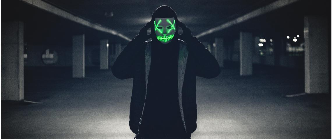 un homme dans un parking avec un masque