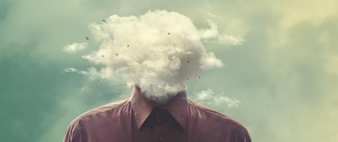 Un homme dont la tête a été remplacée par des nuages