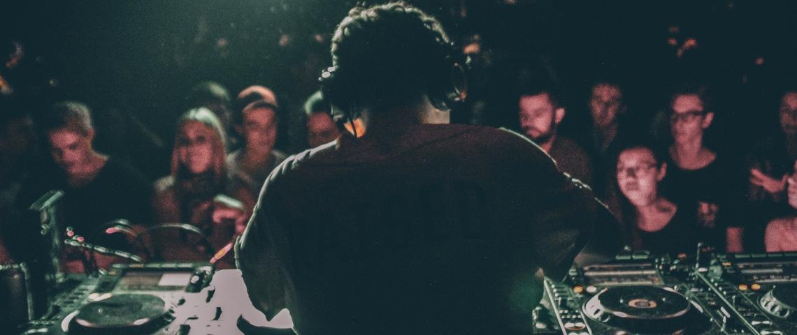 Une DJ sur scène de dos