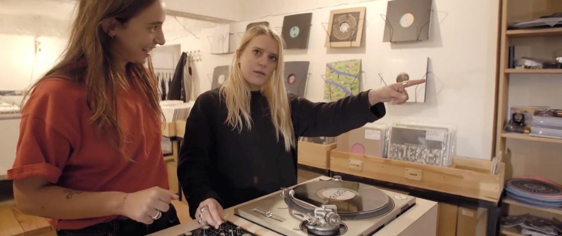 Deux femmes avec une platine vinyl