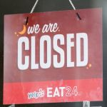 """Le signe """"we are closed"""" sur la porte d'un restaurant"""
