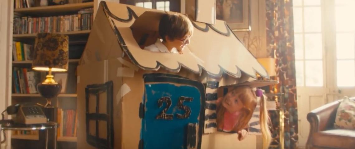 Des enfants dans une maison en carton