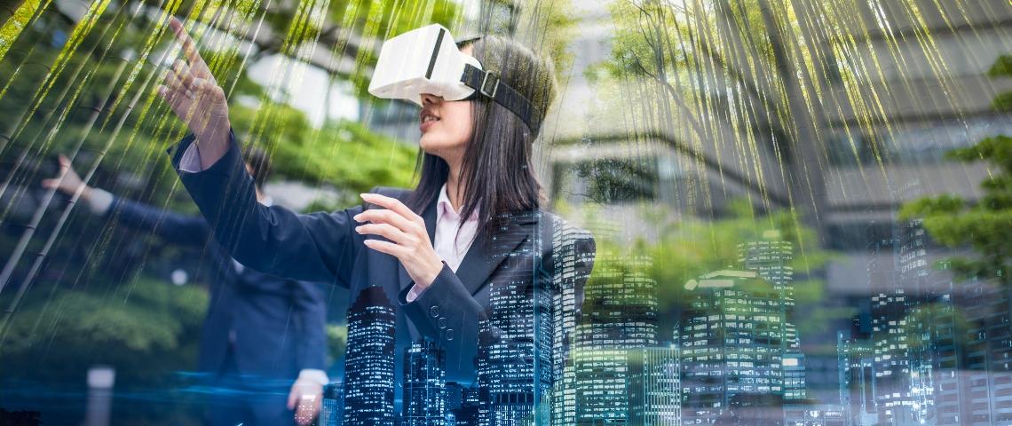 Une femme portant un casque de réalité virtuelle, entre ville et forêt